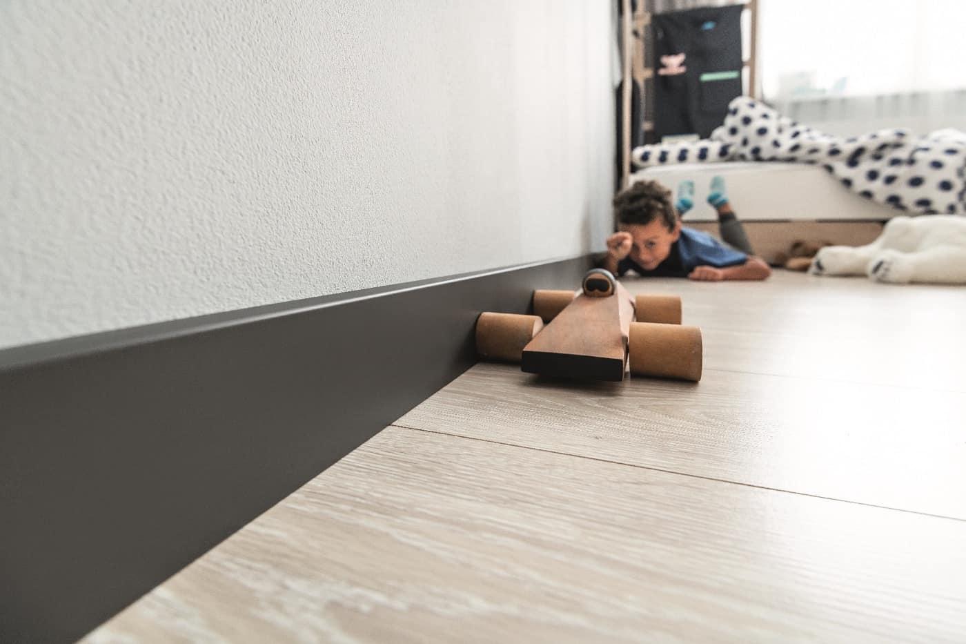 Nudažyta grindjuostės
