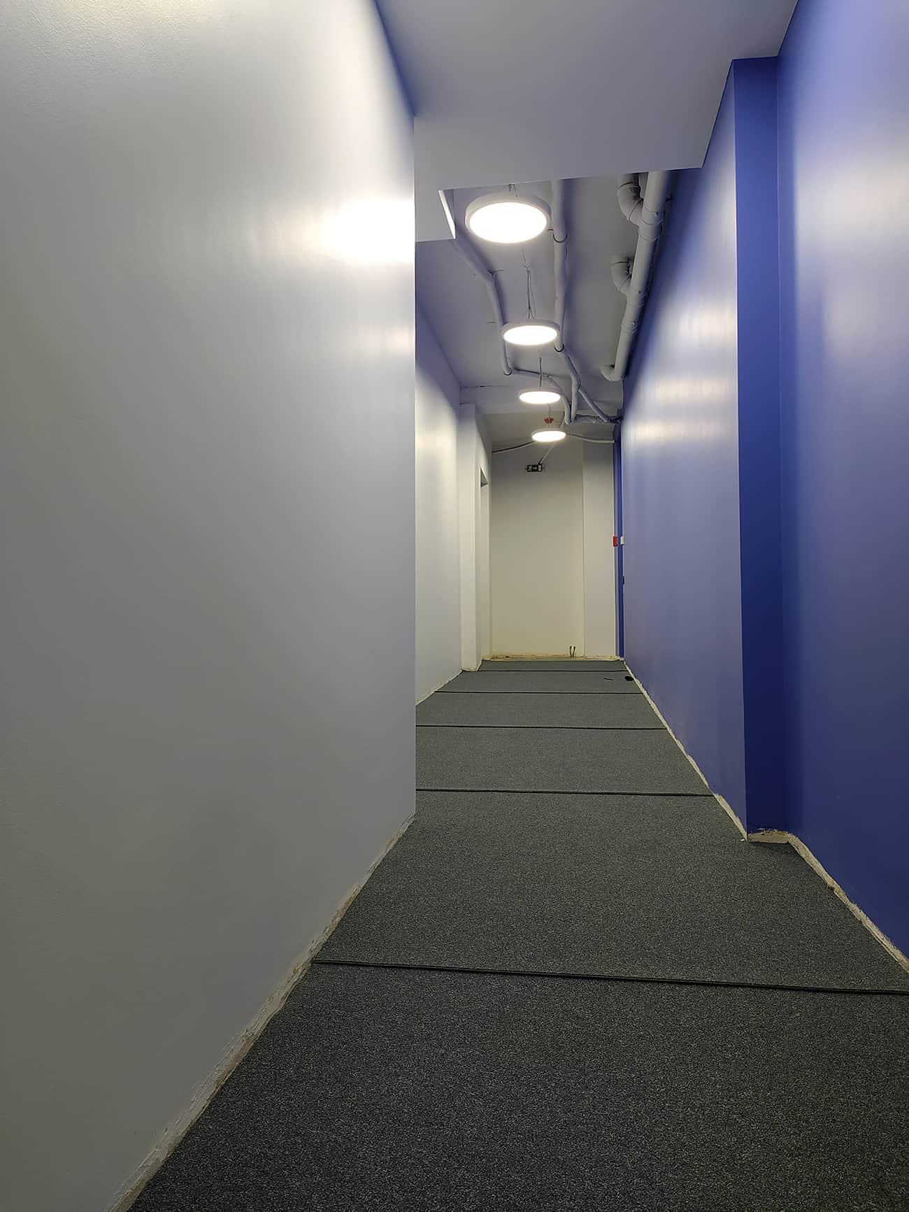Kiliminės dangos klojimas koridoriuje