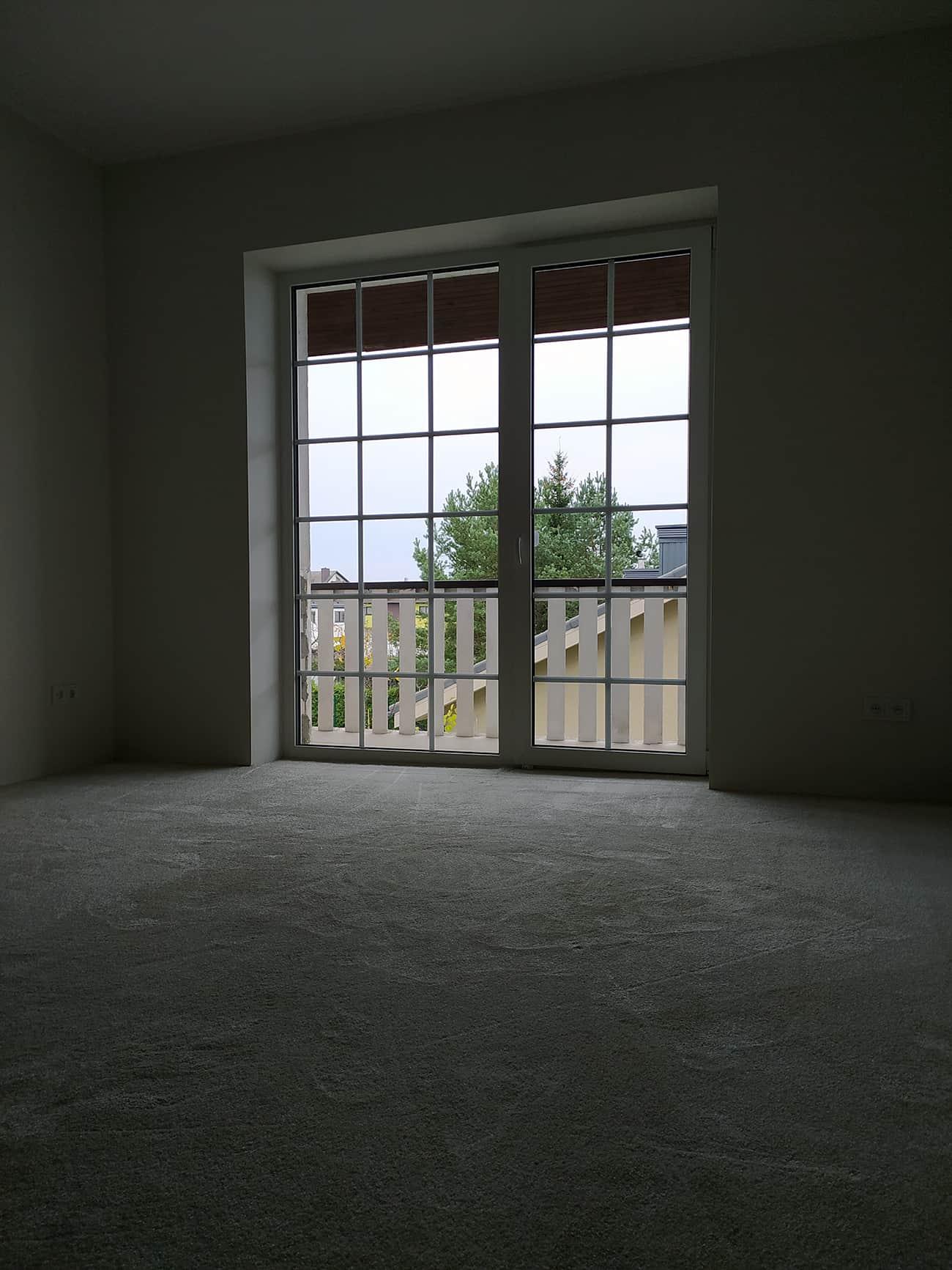 Kiliminės dangos vaizdas priešais langą